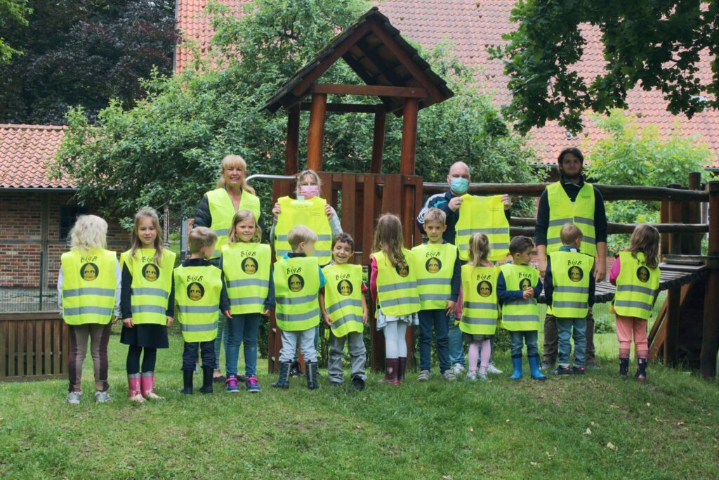 BigB Warnwesten sollen sich auch in dörflicher Umgebung im St. Pankratius-Kindergarten in Beckum-Vellern bewähren
