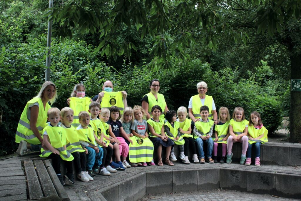 Die BigB Warnwesten machen die Kinder des Hellbach-Kindergartens in Neubeckum besonders gut sichtbar.